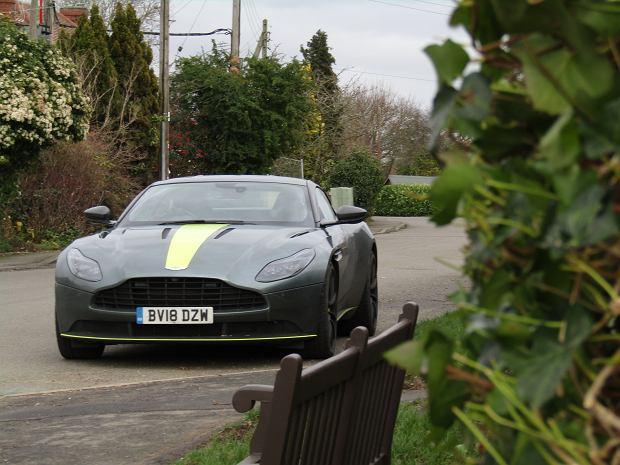 Polski łącznik, czyli Polacy w Astonie Martinie. Bez nich James Bond jeździłby innym samochodem