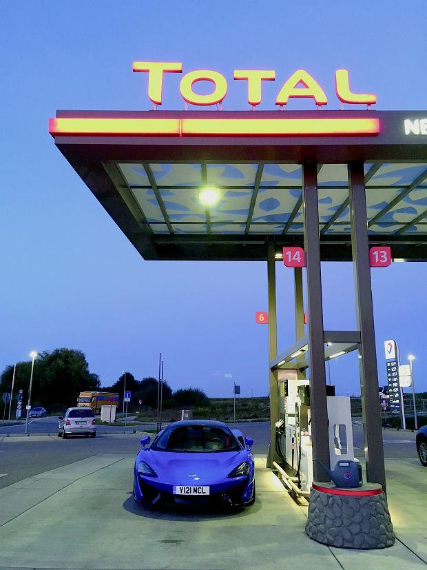 Stacja benzynowa to naturalny habitat każdego auta sportowego. Doprawdy? Mnie bak wystarczał na przejechanie nawet 400-500 km.