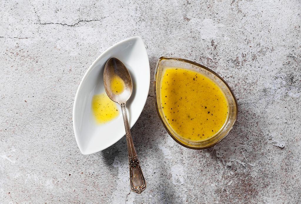 Sos miodowo-musztardowy do sałatki bywa niezastąpiony. Lekko słodki, lekko goryczkowy doskonale podkreśla smak różnych produktów