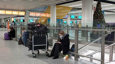 20.12.2020 Wielka Brytania. Pasażerowie na lotnisku Gatwick.