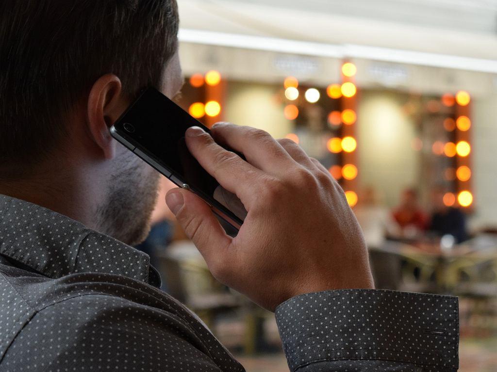 Rozmowa telefoniczna (zdjęcie ilustracyjne)