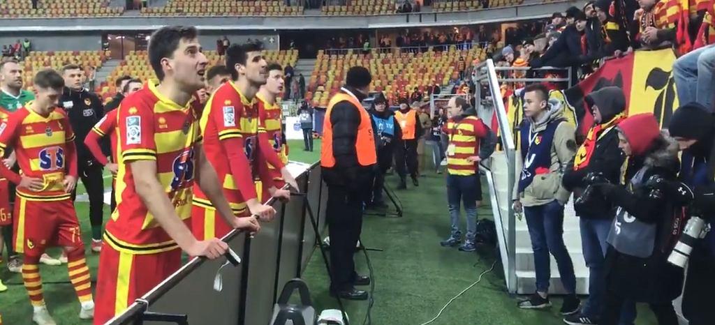 Piłkarze Jagiellonii słuchają kibiców