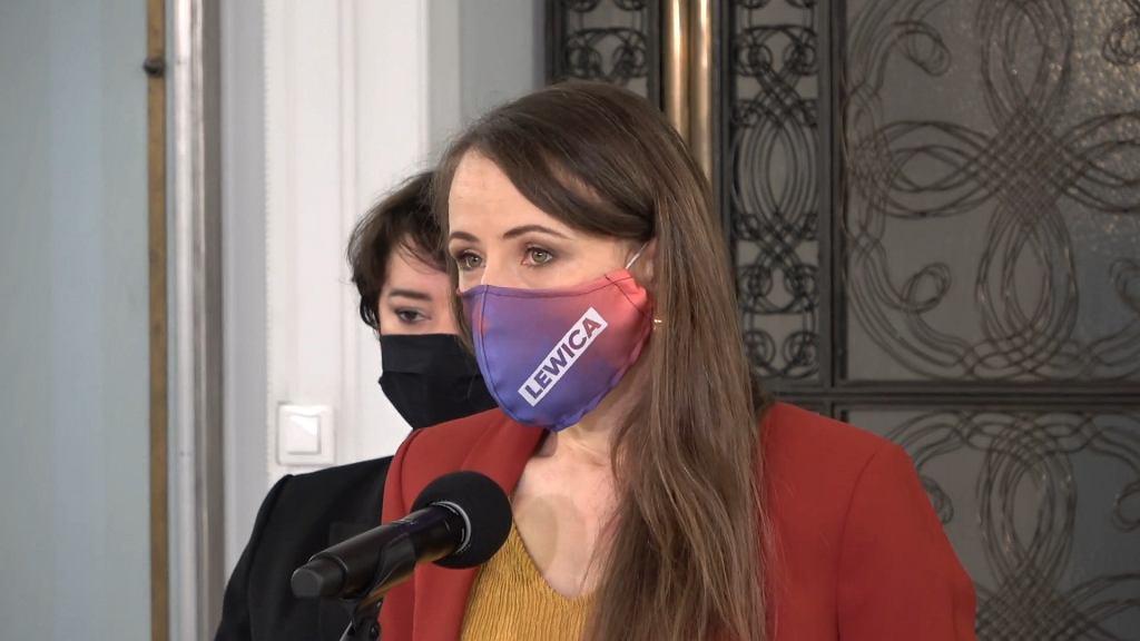 Posłanka Lewicy Agnieszka Dziemianowicz-Bąk na konferencji w piątek, 8 stycznia 2020 r. przekonywała, że nauczyciele powinni być traktowani priorytetowo przy szczepieniach na koronawirusa. W tle posłanka Lewicy Anna Maria Żukowska