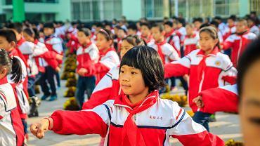 W chińskich szkołach podstawowych nie ma dowolności. Wszystkie dzieci chodzą w ortalionowych mundurkach