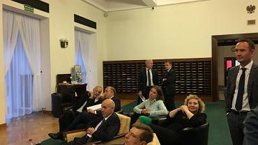 Posłowie oglądali Sejm w trakcie debaty nad odwołaniem Marka Kuchcińskiego?