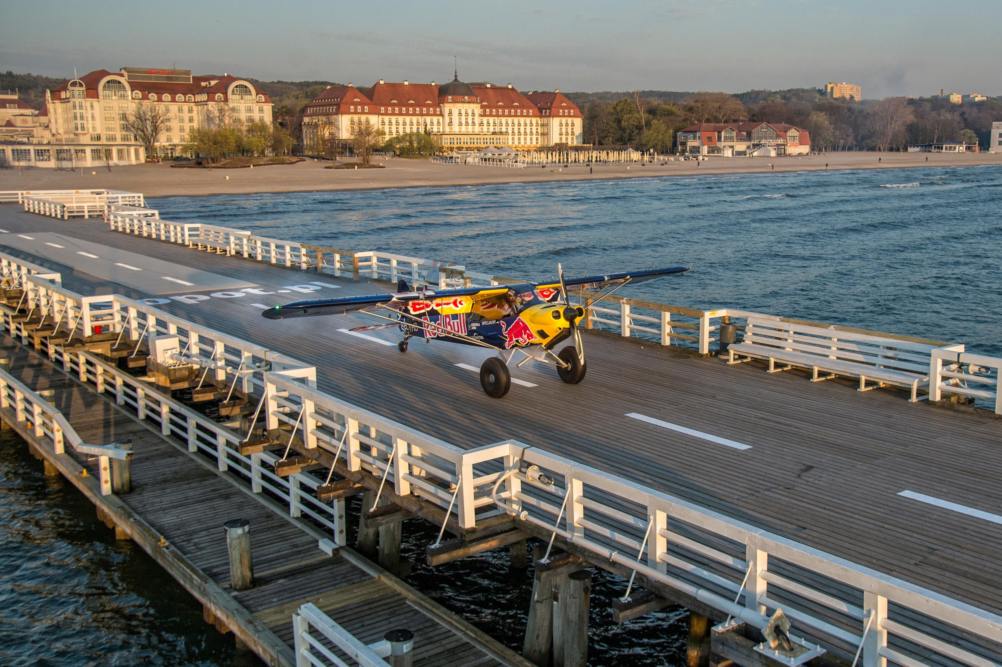 Lądowanie na molo (fot. Łukasz Nazdraczew / Red Bull)