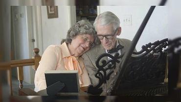 Nie mogą żyć bez muzyki i siebie nawzajem. Urocza para odgrywa bohaterów 'Odlotu' na 60. rocznicę ślubu