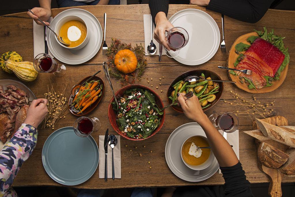 Serwis obiadowy, który tworzą kolorowe naczynia.