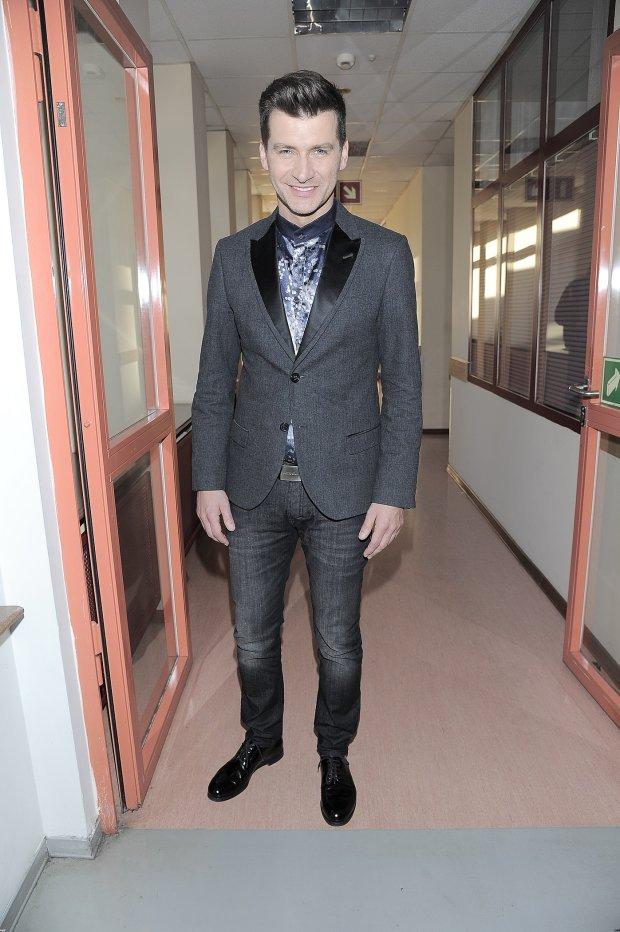 Tomasz Kammel na korytarzu przed studiem