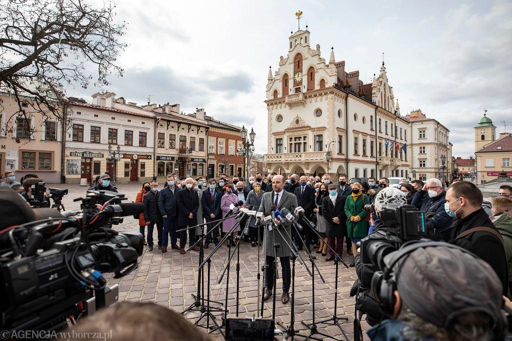 Kandydat zjednoczonej opozycji na prezydenta Rzeszowa Konrad Fijolek podczas konferencji prasowej - ogłasza swój start w wyborach. Rzeszów, 15 marca 2021