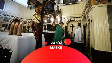 Zakrywanie twarzy i nosa nie obowiązuje księży podczas sprawowanie obrzędów religijnych - zdjęcie ilustracyjne