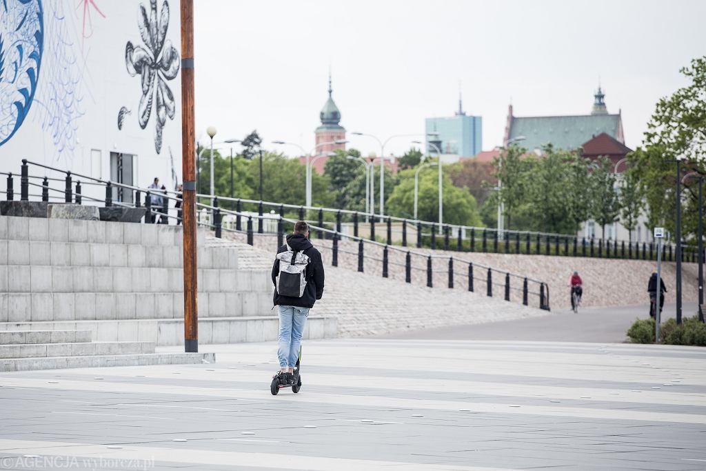 Hulajnogista na bulwarach wiślanych w Warszawie