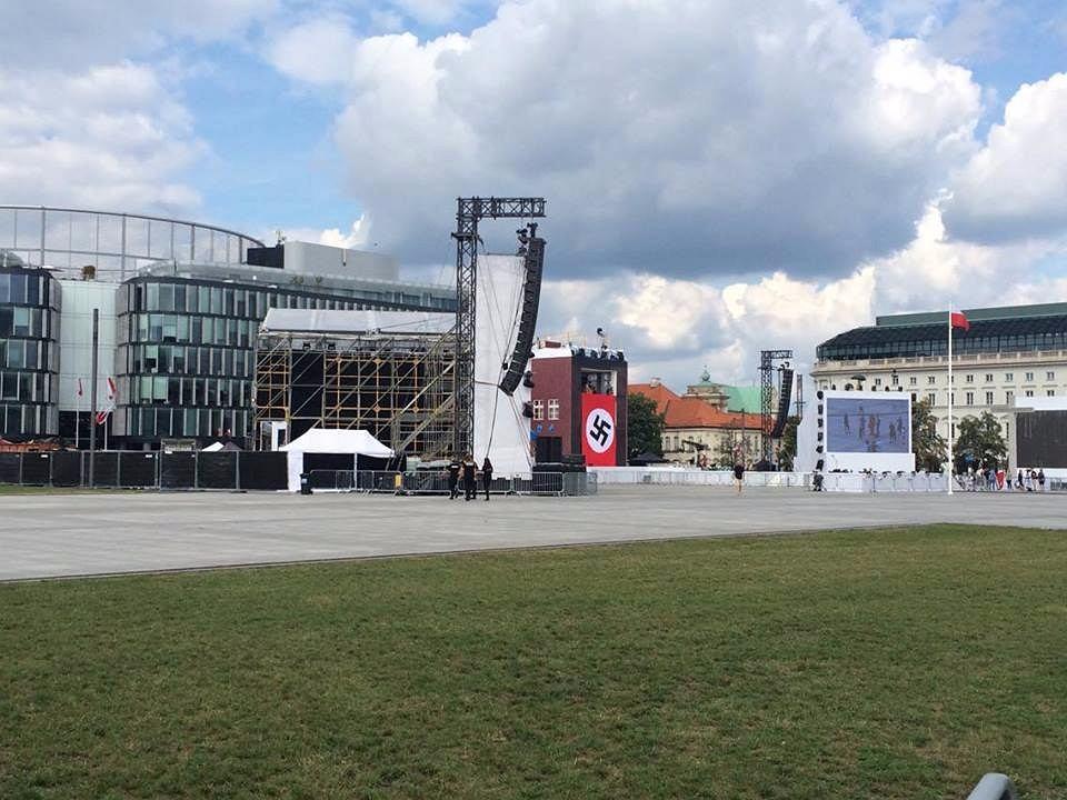 Nazistowskie flagi w Warszawie