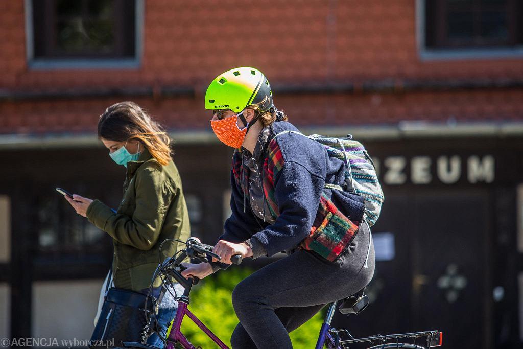 Pandemia koronawirusa. Obowiązuje rządowy nakaz zasłaniania ust i nosa w miejscach publicznych. Bydgoszcz, 21 kwietnia 2020