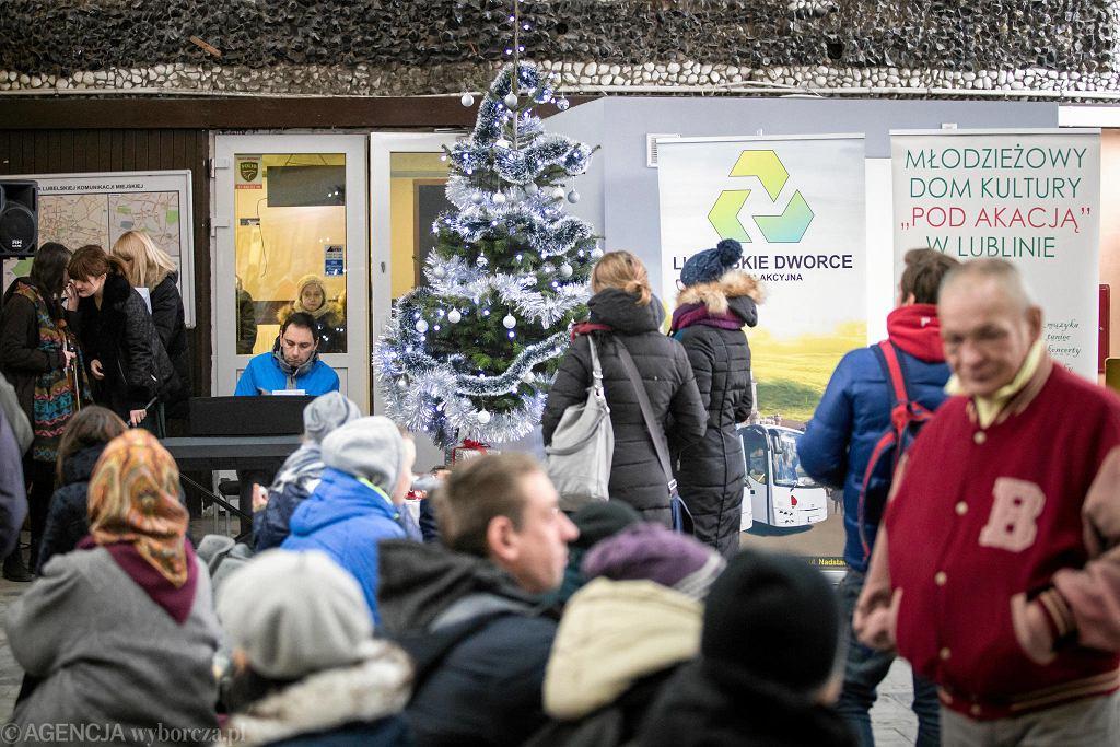 19.12.2017 Lublin . Poczęstunek wigilijny i kolędowanie na Dworcu Głównym PKS.