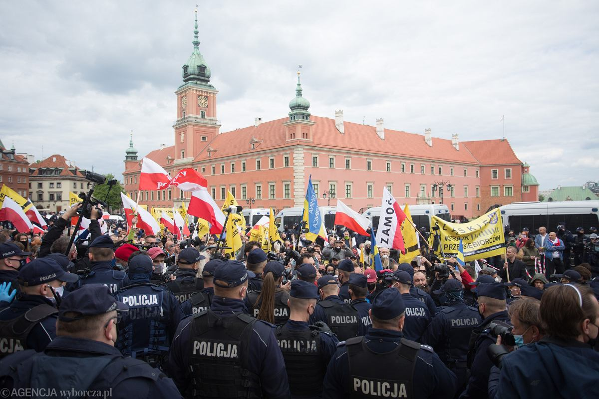 Anti-government protests in Poland, police uses gas, democratic senators arrested