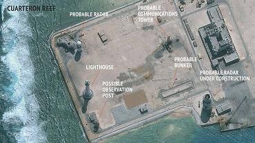 Chińskie intalacje wojskowe na sztucznej wysepce w archipelagu Spratleje. Zdjęcie satelitarne Asian Maritime Transparency Initiative przy  Center for Strategic and International Studies w Waszyngtonie
