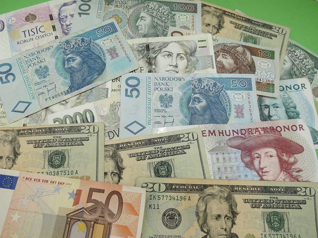 Kursy walut 26.04. Złoty znów górę, główne waluty w dół [Kurs dolara, funta, euro, franka]