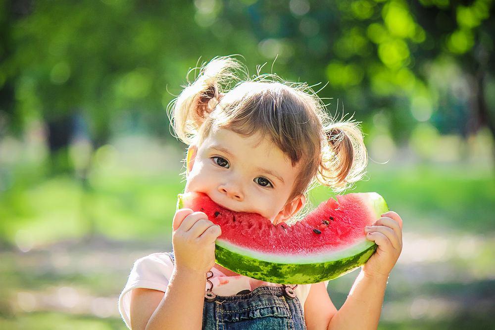 Arbuz jest smaczny, zdrowy, tani, ma mało kalorii, świetnie nawadnia organizm i orzeźwia w upalne dni.