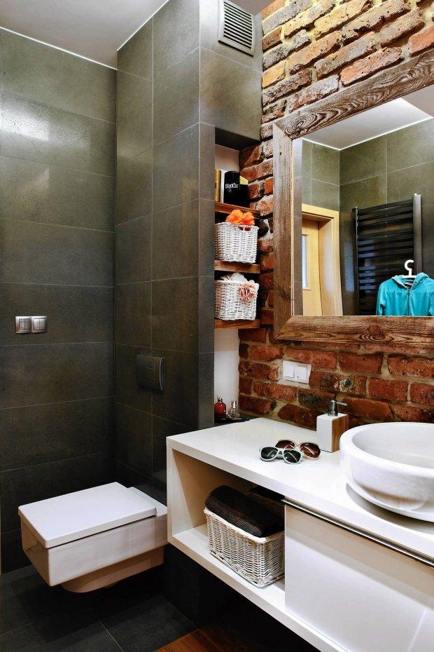 łazienka, ceglana ściana,