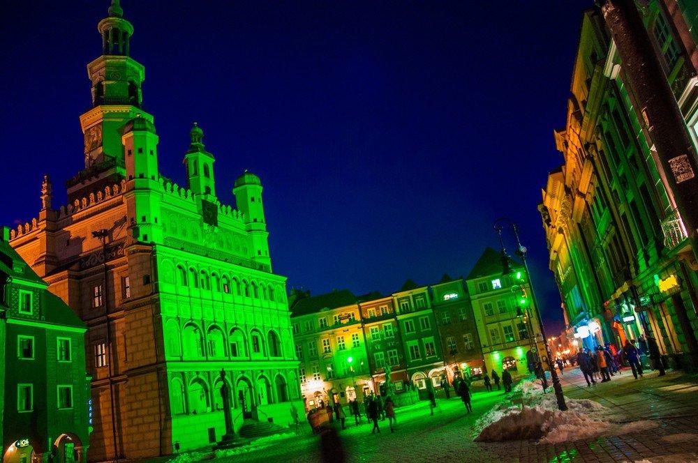 Ratusz w Poznaniu oświetlony na zielono z okazji dnia św. Patryka