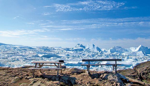 Urzekający widok na skutą lodem zatokę