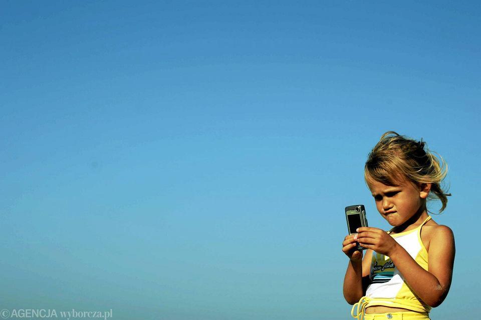 Dziecko z telefonem i dostępem do sieci