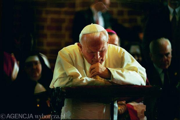 Jan Paweł II w 1997 roku modlił się w Katedrze Gnieźnieńskiej (3.06.1997)