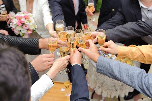 Zamiast całowania na weselach było przybijanie piątek plastikowymi łapkami oraz stukanie się kieliszkami (fot: Shutterstock.com)