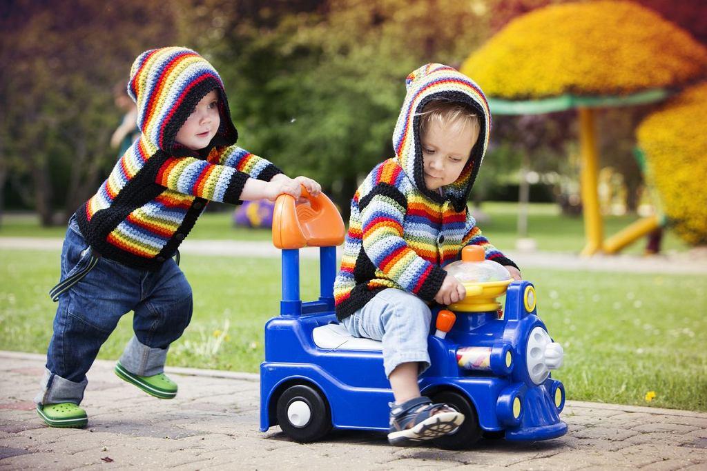 Jeździki dla dzieci to bardzo popularne zabawki, chyba każdy miał z nimi styczność.