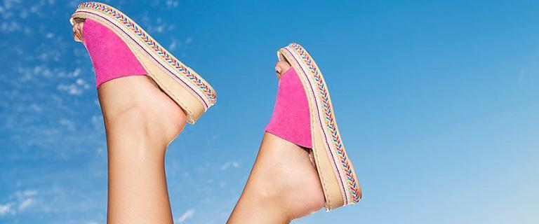 Skórzane buty Lasocki dostępne w CCC za ułamek ceny! Różowe klapki to must-have na lato