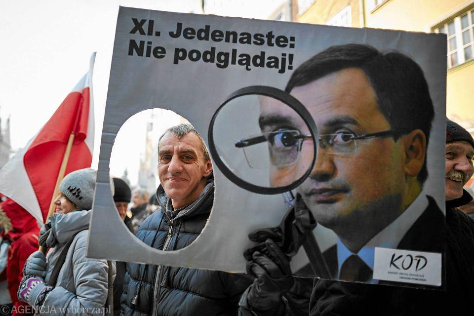 Styczeń, manifestacja KOD w Gdańsku zorganizowana m.in. przeciwko poszerzaniu uprawnień służb do inwigilacji