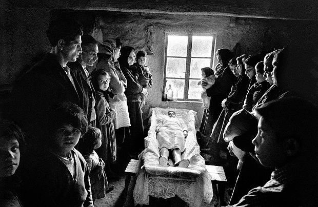 Cyganie przy trumnie zmarłej, Słowacja, 1963 r. Kiedyś uważano, że dobra śmierć powinna stanowić akt publiczny. Wokół umierającego gromadzili się bliscy