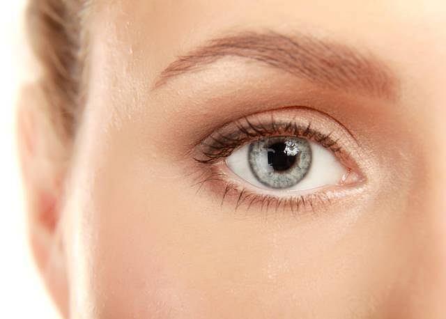 Choroba bardzo długo nie daje żadnych objawów, dopiero z czasem pojawia się zmniejszenie pola i ostrości widzenia