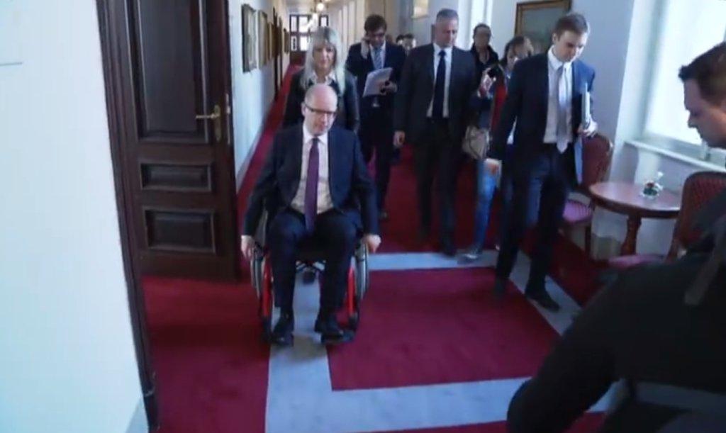 Premier Czech Bohuslav Sobotka w zeszłym tygodniu przez cały dzień poruszał się na wózki inwalidzkim