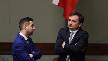 11 maja 2017, wiceminister sprawiedliwości Patryk Jaki i szef resortu Zbigniew Ziobro podczas bloku głosowań w sprawach sądownictwa