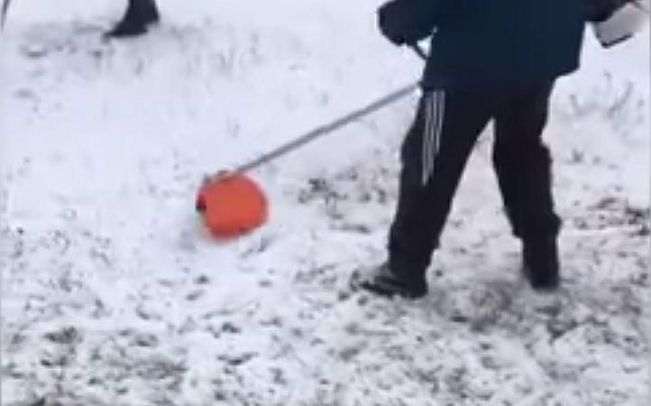 Pracownicy Ministerstwa ds. Sytuacji Nadzwyczajnych w Rosji kosili trawę, która znajdowała się pod śniegiem.