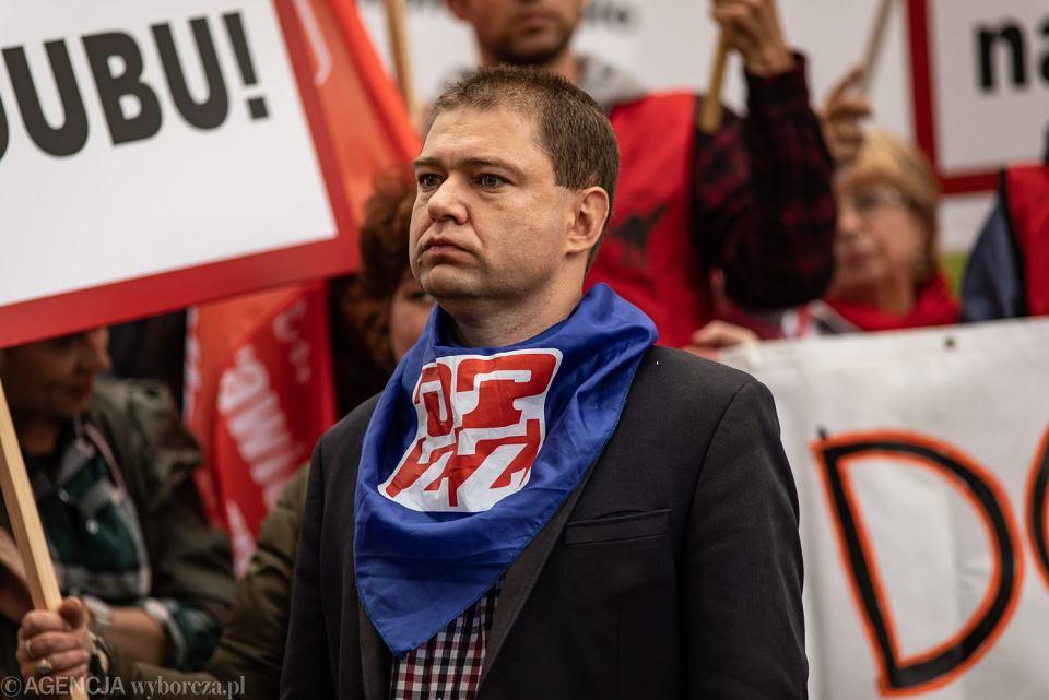 Podwyżki w Sejmie. Piotr Szumlewicz  ze Związku Zawodowego Związkowa Alternatywa apeluje o obniżenie pensji dla posłów.
