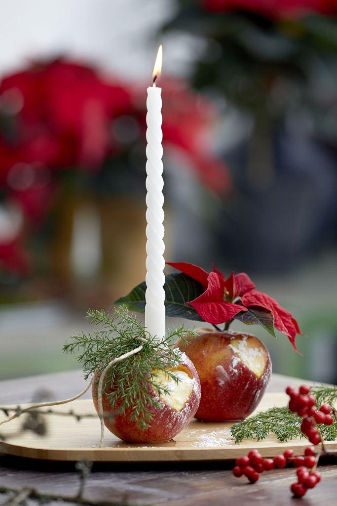 Prosta dekoracja adwentowa z wazonikami z jabłek