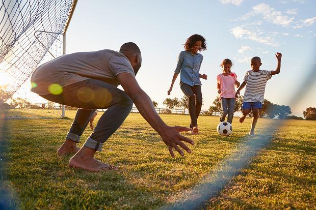 Życzliwości, szacunku do innych i umiejętności przyznawania się do błędów należy uczyć dzieci od najmłodszych lat.