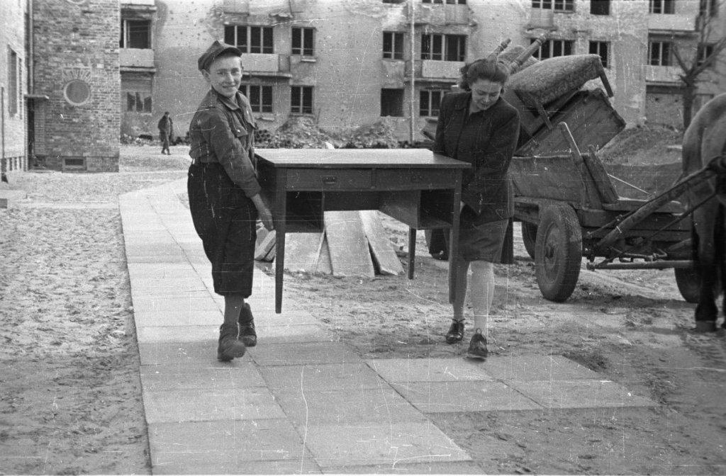 Warszawa, kwiecień 1947. Nowi lokatorzy wprowadzają się do jednego z bloków XI Kolonii Warszawskiej Spółdzielni Mieszkaniowej, których budowa została ukończona w 1947 r. u zbiegu ul. Stołecznej (obecnie Popiełuszki) i Sarbiewskiego.