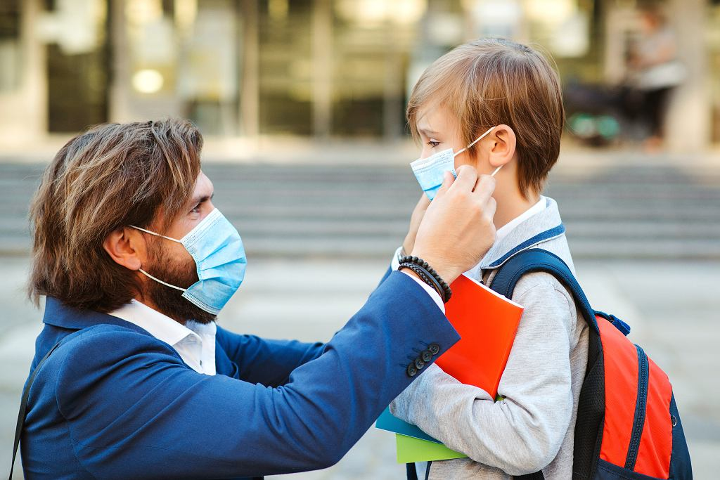 Ojciec chce pozwać szkołę za zmuszanie syna do noszenia maseczki