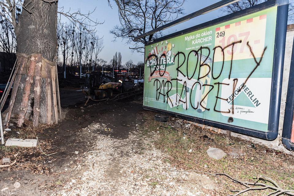 Mieszkańcy zirytowani ciągnącą się w nieskończoność inwestycją na Hubskiej, na tablicach napisali co myślą o pracach wykonywanych przez konsorcjum Balzola.