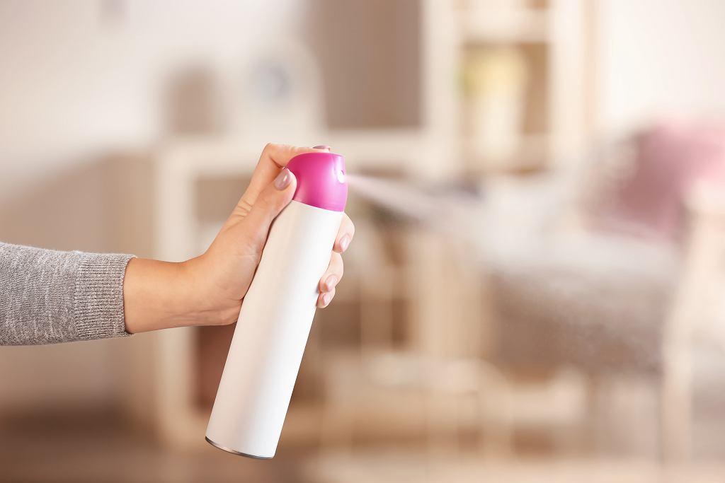 Spryskaj ubrania lakierem do włosów. Efekt tego triku cię zaskoczy (zdjęcie ilustracyjne)
