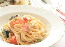 Spaghetti z wędzonym łososiem, szpinakiem i szparagami - ugotuj