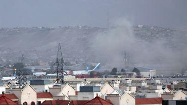 26.08.2021, Kabul, dym unoszący się w okolicy lotniska.