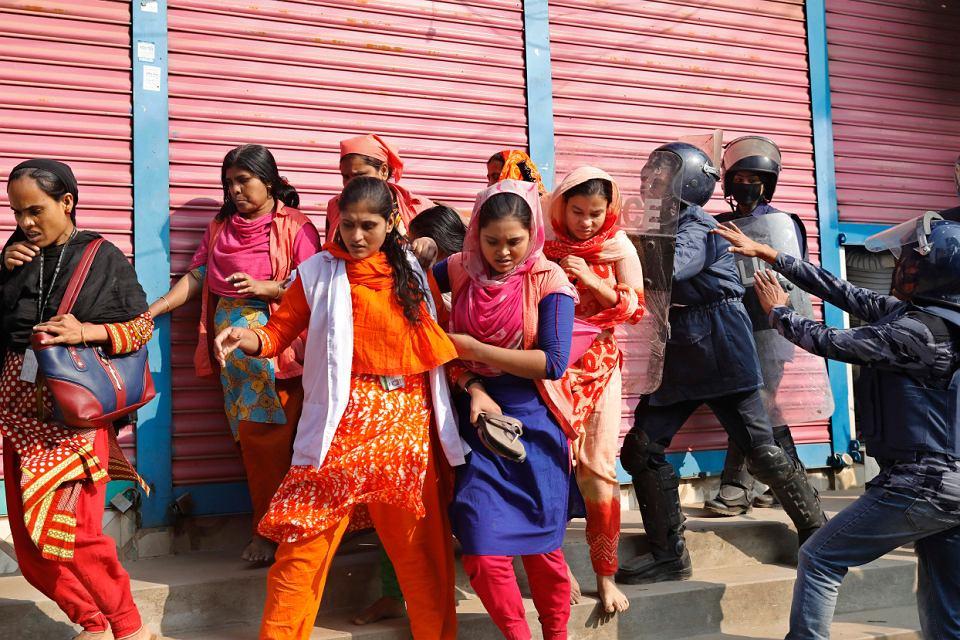 Starcia policji ze strajkującymi pracownikami przemysłu odzieżowego w Sawar na  przedmieściach stołecznej Dhaki, 9 stycznia 2019 r.