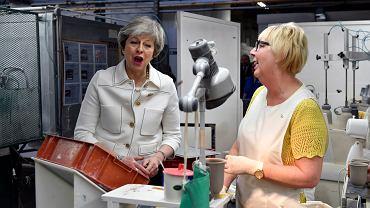 Premier Wielkiej Brytanii Theresa May w rozmowie z  Valerie Muni. Fabryka Portmeirion, Stoke-on-Trent, Anglia, 14 stycznia 2019 r.