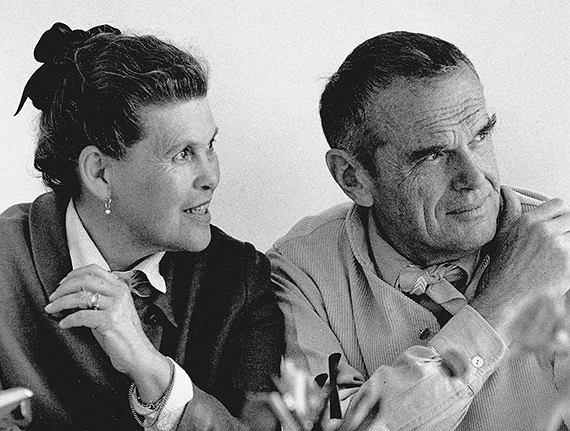 Charles i Ray Eamesowie. Fot. www.pamono.com