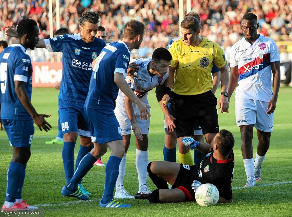 Walka w I lidze piłkarskiej jest bardzo zacięta. Na zdjęciu fragment meczu Raków Częstochowa - Miedź Legnica